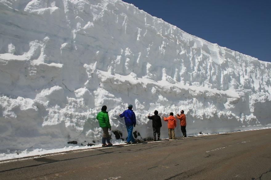 65-foot-snow-corridor-in-tateyama-kurobe-alpine-route-japan-7__880