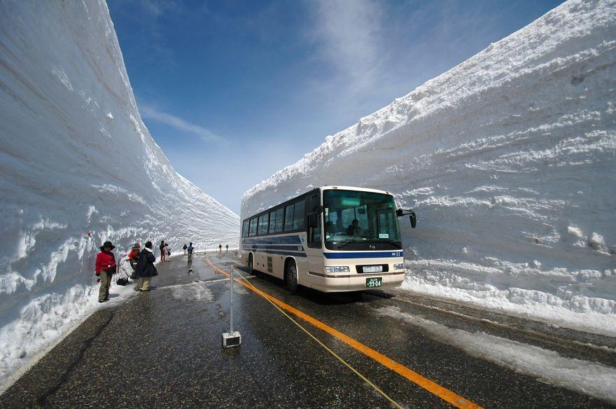 65-foot-snow-corridor-in-tateyama-kurobe-alpine-route-japan-8__880