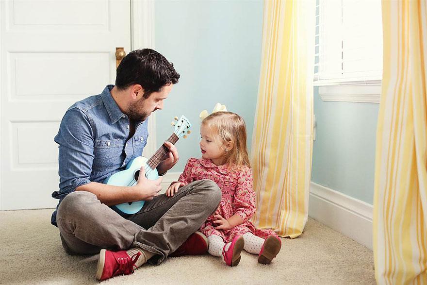 """Ben aprendeu a tocar no ukulele a canção de seu casamento, """"I Believe (When I Fall In Love With You It Will Be Forever)"""", de Stevie Wonder. Agora ele a toca para a sua filha"""