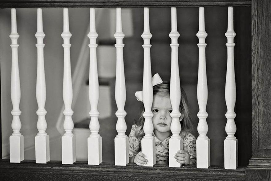 À esquerda, Ben está em sua casa vazia em 2009, aguardando enquanto sua esposa Ali desce as escadas. À direita, ele e a filha Olivia brincam nas mesmas escadas em 2013