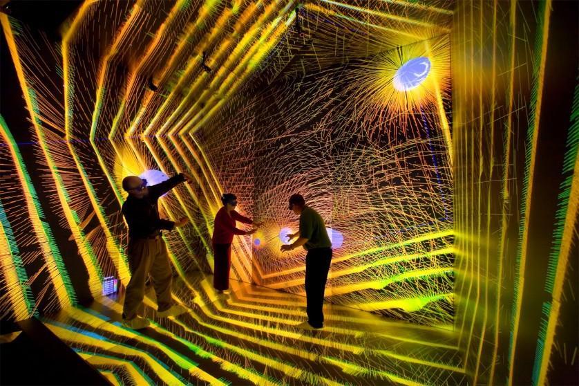 """Pesquisadores investigam detalhes de uma simulação astronômica no CAVE, no Centro de Supercomputação de Los Alamos. CAVE significa Cave Automatic Virtual Environment ou """"ambiente de realidade virtual imersiva"""""""