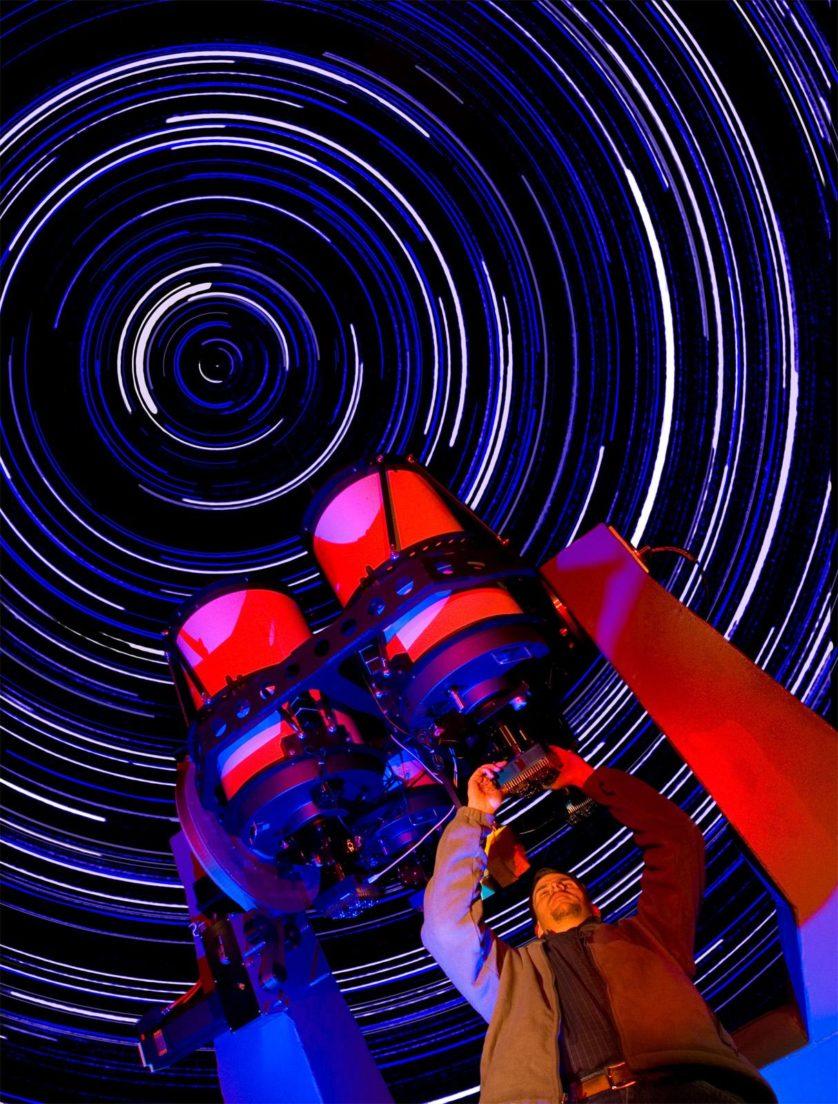 Essa imagem mostra James Wren fazendo uma manutenção no telescópio RAPTOR (RAPid Telescopes for Optical Response), que vai captar a primeira filmagem em cor das maiores explosões da natureza: as de raios gama