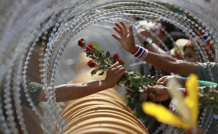 Manifestante antigoverno oferece uma rosa a um soldado em Bangkok, Tailândia, 2013