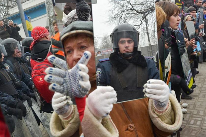 Manifestantes com espelhos mostram aos policiais seus reflexos em Kiev, Ucrânia, 2013