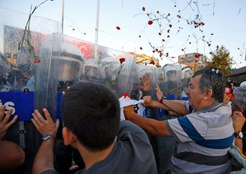 Manifestantes jogam flores em um protesto em Istambul, Turquia, 2013