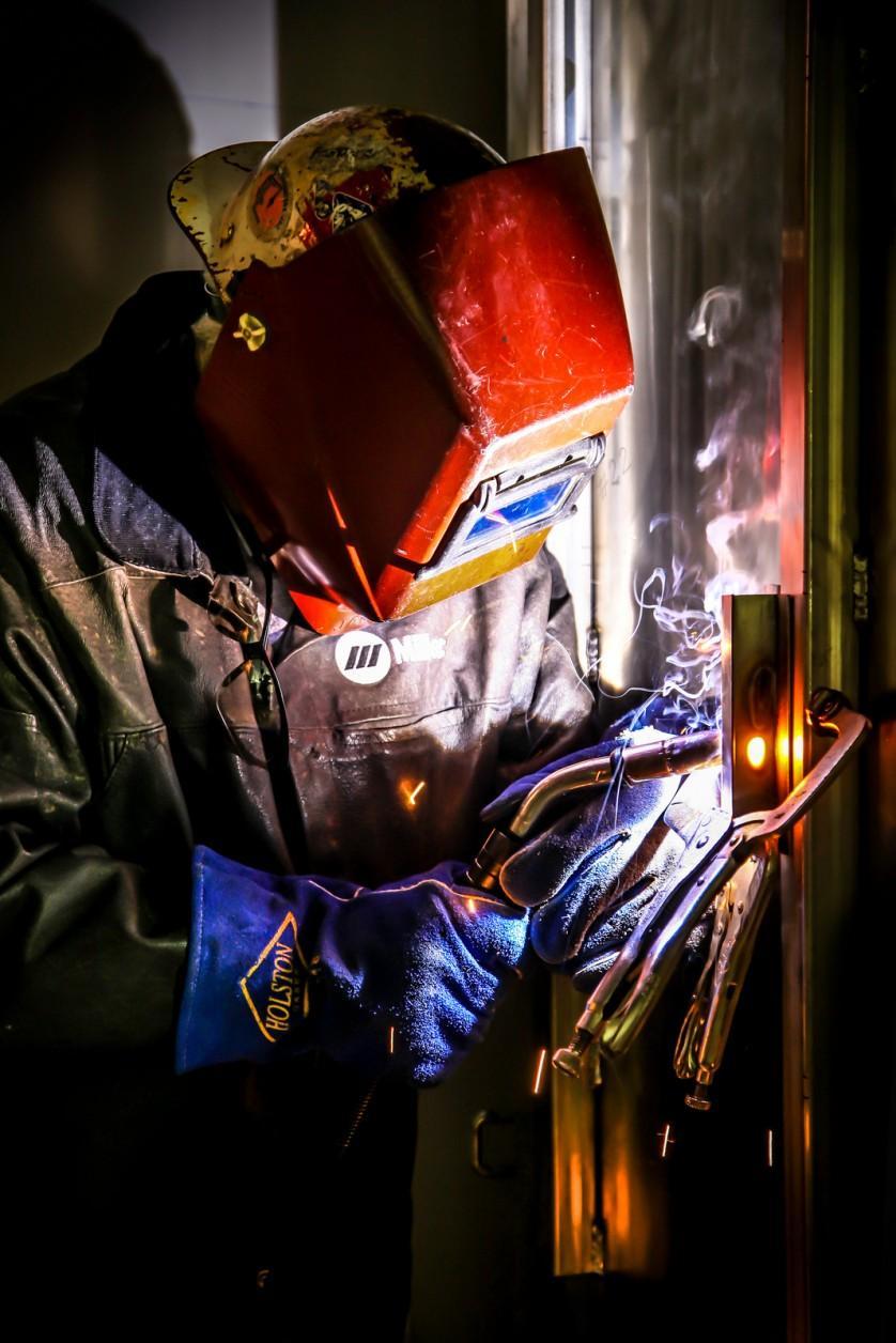 Operário trabalhando na Spallation Neutron Source (Fonte de Espalação de Nêutrons)