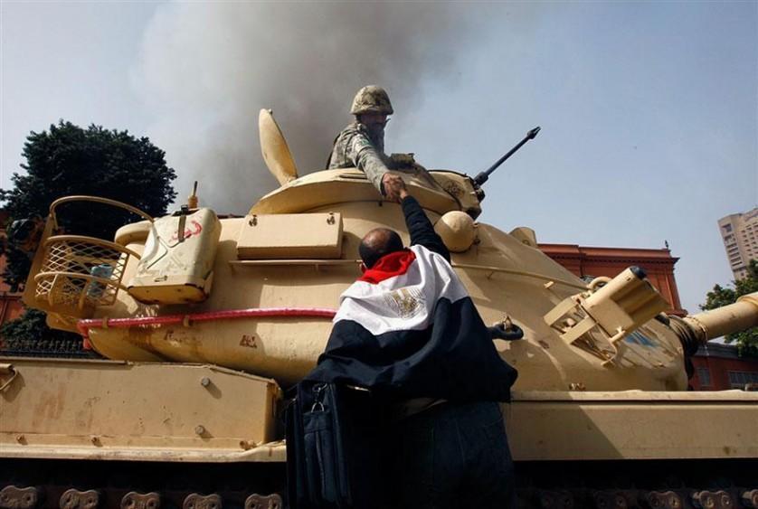 Egípcios cumprimentam soldados do exército que se recusaram a disparar contra civis no Cairo, Egito, 2011