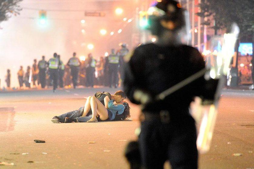 Casal se beija durante protestos em Vancouver, Canadá, 2011