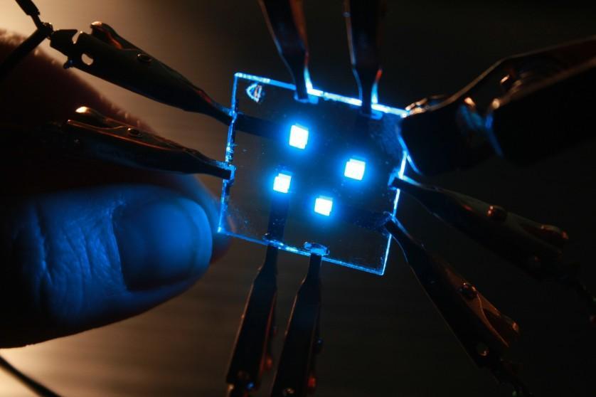 """Novos materiais de acolhimento para um diodo orgânico emissor de luz de azul fosforescente, também conhecido como OLED (do inglês, Organic Light-Emitting Diode), aumentam a eficiência em pelo menos 25%. Essa melhora ajuda a resolver o """"elo mais fraco"""" no desenvolvimento da relação custo-benefício de OLEDs brancos"""