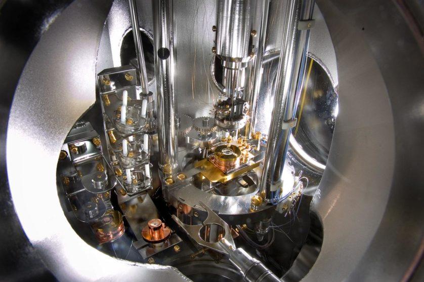 Esta é a maquinaria de precisão de um microscópio de força atômica/varredura por tunelamento, um instrumento capaz de fazer registros imagéticos de superfícies materiais com resolução atômica. Em ação, uma ponta excepcionalmente afiada chega a alguns diâmetros atômicos dos materiais e faz uma varredura em toda a superfície. Para manter uma distância consistente, a ponta segue cada mudança na altura e textura que encontra - pense em uma agulha de uma vitrola seguindo os sulcos de um disco, mas em escala atômica. Essa ponta é, essencialmente, uma agulha de tungstênio com um raio menor que 5 bilionésimos de metro. A máquina mantém um vácuo ultra-alto para impedir a entrada de moléculas exteriores que poderiam fazer a agulha pular