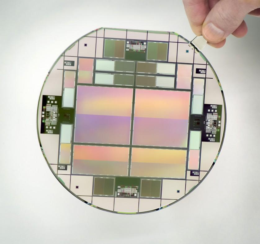 Uma bolacha CCD (Dispositivo de Carga Acoplada, do inglês Charge-coupled Device), sensor para captação de imagens formado por um circuito integrado que contém uma matriz de capacitores acoplados
