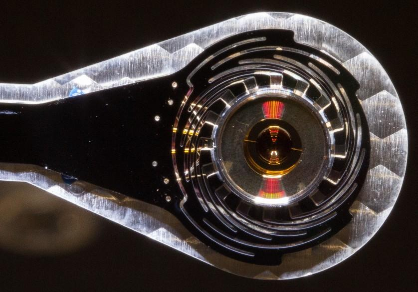 Este é o novo alvo do National Ignition Facility (NIF), considerado o laser mais potente do planeta, uma cápsula de dois milímetros de diâmetro no centro do hohlraum - uma cavidade cujas paredes estão em equilíbrio radioativo com a energia radiante no interior dela. A tecnologia faz parte de um esforço para minimizar instabilidades que podem perturbar implosões do NIF