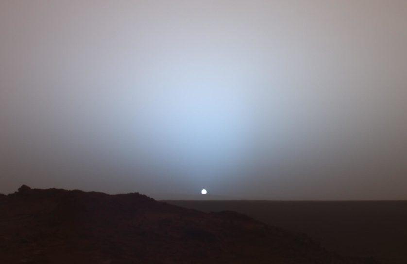 A sonda Opportunity achou essas rochas esféricas ricas em hematita, de tamanho semelhante à munição de armas de pressão, em seu local de pouso, na cratera Eagle