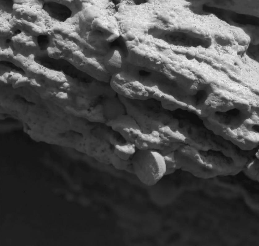 Zoom da rocha Robert E, na cratera Eagle, que mostra esférulas embutidas em camadas de sedimentos de grão mais fino, o que indica que as duas foram formadas em épocas diferentes