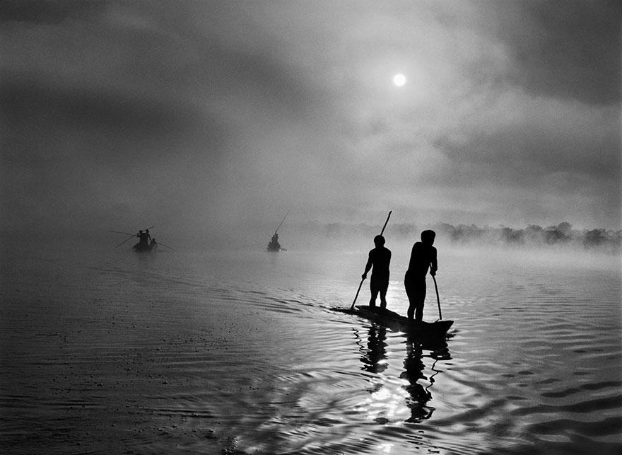 Índios Waurá pescam no lago Puilanga, perto de sua aldeia, na região do Alto Xingu no Mato Grosso, Brasil (2005)