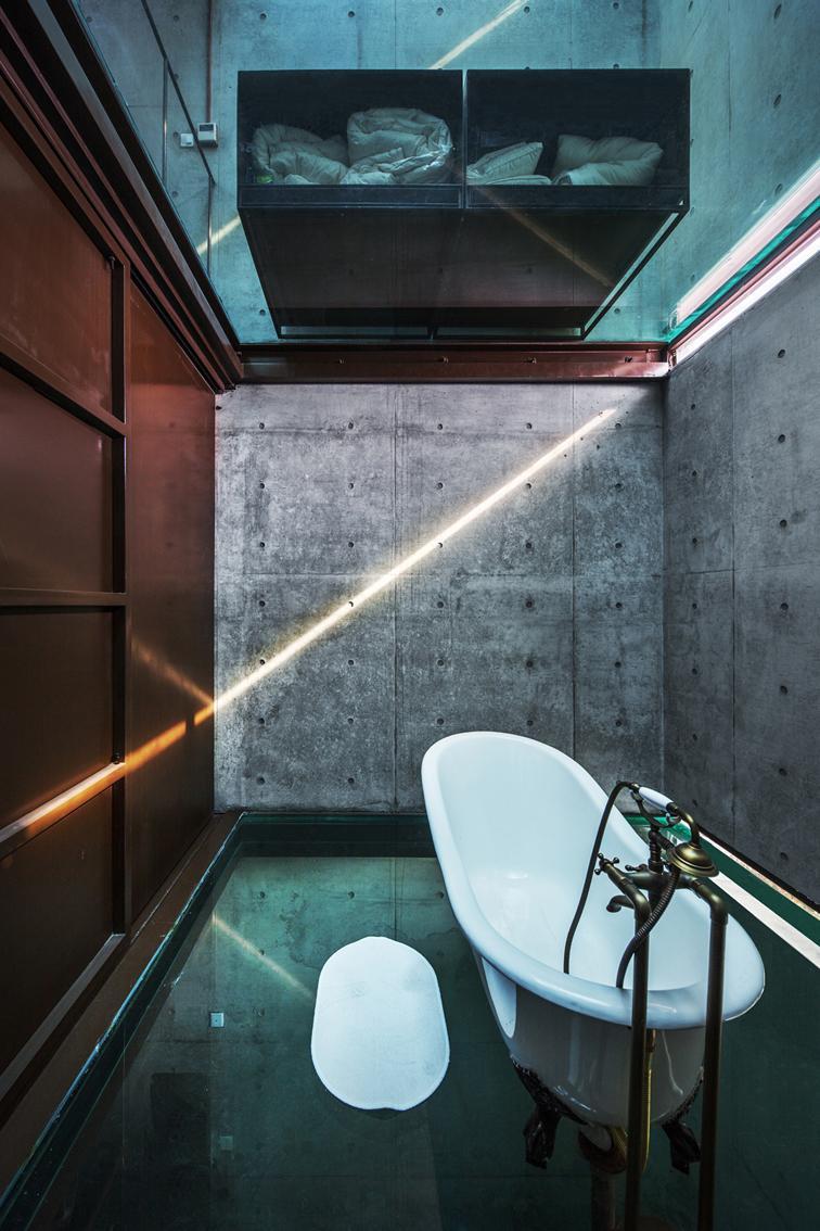 a casa com ch o e teto de vidro. Black Bedroom Furniture Sets. Home Design Ideas