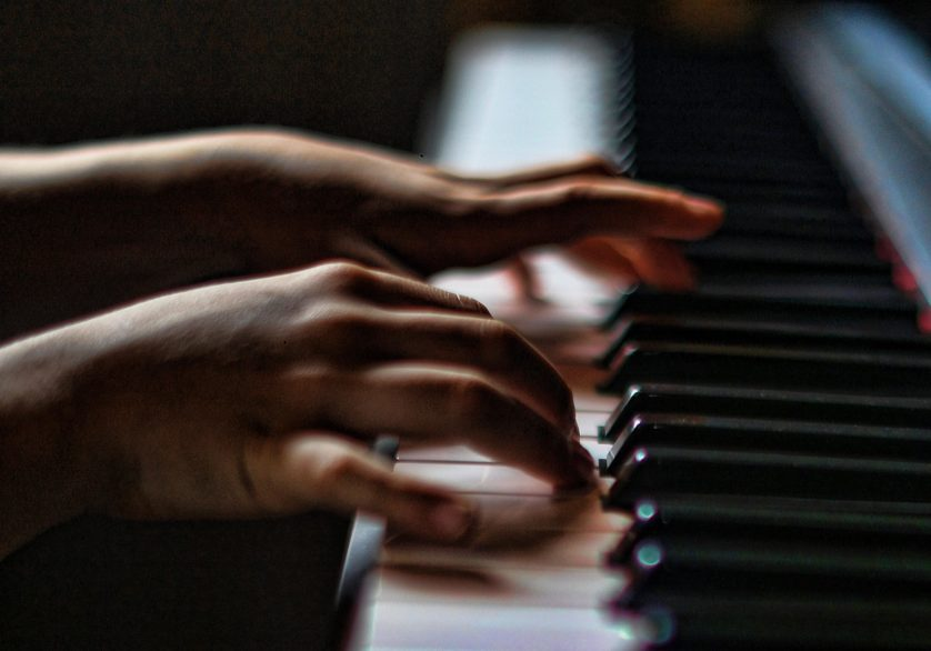 piano maos tocando