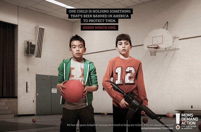 """No topo: """"Uma criança está segurando algo que é proibido na América para protegê-la. Adivinhe qual."""" Embaixo: """"Nós proibimos o jogo queimada, pois é visto como excessivamente violento. Por que não armas automáticas?"""" Agência Grey, Toronto, Canadá"""