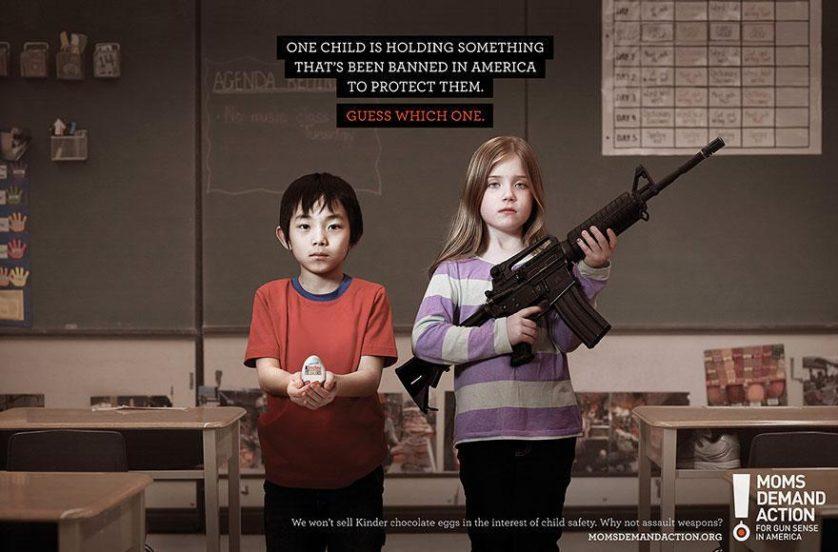 """No topo: """"Uma criança está segurando algo que é proibido na América para protegê-la. Adivinhe qual."""" Embaixo: """"Não vendemos ovos Kinder pela segurança das crianças. Por que não armas automáticas?"""" Agência Grey, Toronto, Canadá"""