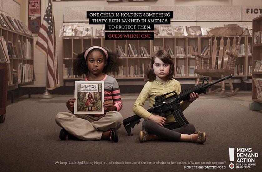 """No topo: """"Uma criança está segurando algo que é proibido na América para protegê-la. Adivinhe qual."""" Embaixo: """"Nós mantemos 'A Chapeuzinho Vermelho' fora das escolas por causa da garrafa de vinho na cesta. Por que não armas automáticas?"""" Agência Grey, Toronto, Canadá"""