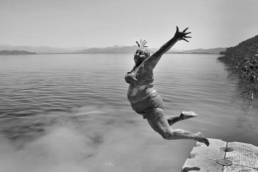 Depois de um banho de lama, um banho no lago na Turquia. De Alpay Erdem.