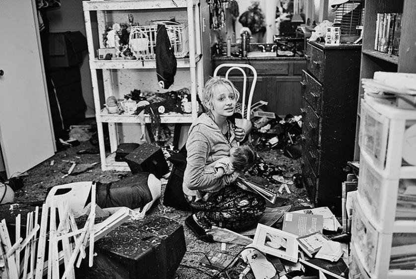 Destiny Pierman, de 13 anos, coleta seus pertences após o tornado que danificou sua casa em Moore, Oklahoma. De Melissa Golden.