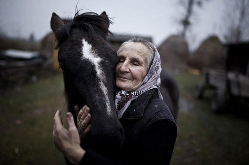 """Prêmio Nacional Polônia: """"A habitante de Szack, Ucrânia, e seu cavalo"""", por Mateusz Baj, Polônia"""