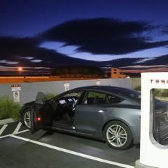 Carro elétrico Tesla viajou 19.000 km usando 4.000 quilowatts-hora de energia
