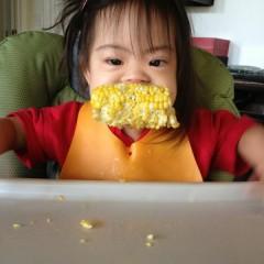 Para acalmar seu filho, não o deixe comer com as mãos