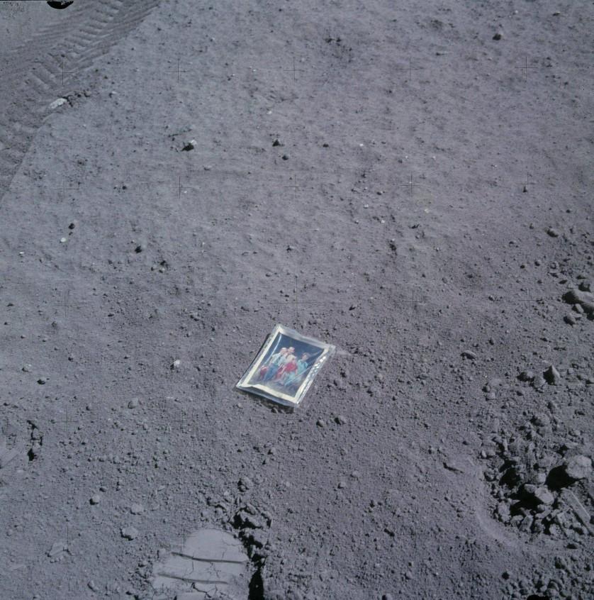 Em 1972, como parte da missão Apollo 16 à lua, o astronauta Charles Duke embarcou em uma tarefa para explorar a superfície do nosso satélite natural em uma sonda lunar. Enquanto estava lá, ele tirou uma fotografia de uma foto de si mesmo, sua esposa e seus dois filhos, que estava lacrada com plástico