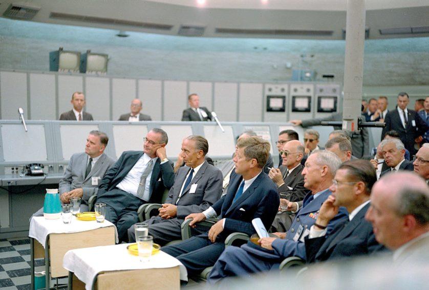 John F. Kennedy, Lyndon Johnson e funcionários visitam o anexo de lançamento de mísseis da Estação da Força Aérea de Cabo Canaveral, em setembro de 1962