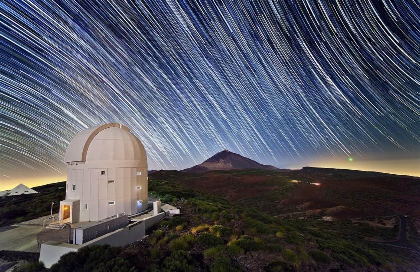 Estrelas raiam acima do Observatório de Teide da Agência Espacial Europeia, em Tenerife, nas Ilhas Canárias. A imagem de longa exposição feita com uma grande angular foi divulgada em 27 de abril.