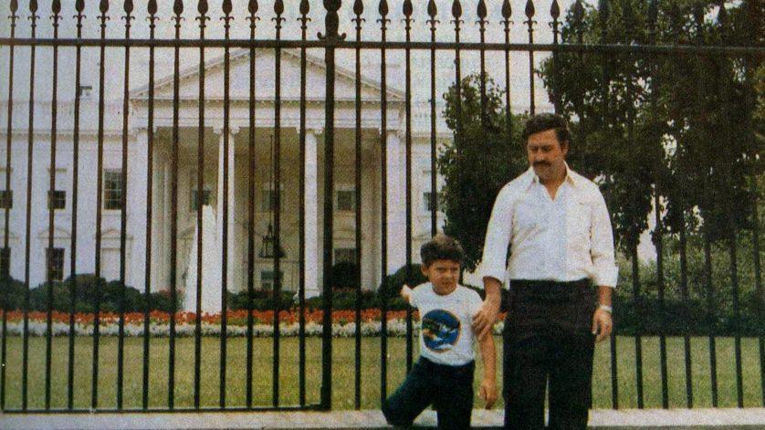 O senhor das drogas colombiano Pablo Escobar e seu filho posam na frente da Casa Branca no início de 1980