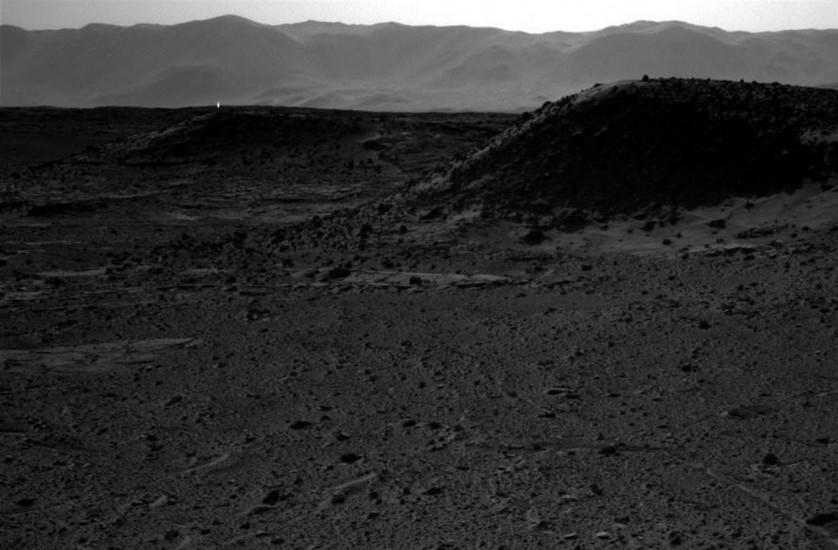 Um ponto brilhante aparece na paisagem marciana nesta imagem obtida pela câmera da sonda Curiosity em 3 de abril. Os pontos brilhantes atraíram muita atenção, mas os cientistas disseram que não são sinais de vida.