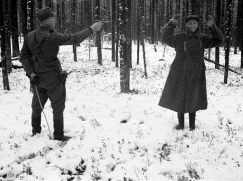 Um espião russo ri antes de sua execução na Finlândia, em 1939, durante a Guerra de Inverno