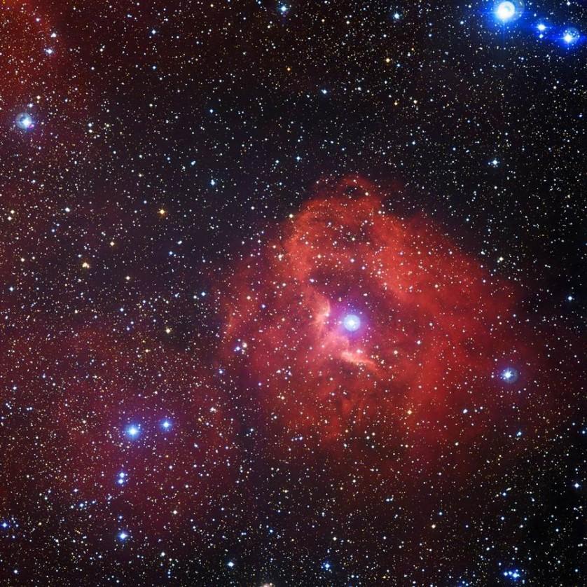 Um grupo distante de estrelas quentes e novas faz com que uma nuvem de gás hidrogênio brilhe em vermelho rosado a 7.300 anos-luz da Terra. A foto de 14 de abril foi feita no Observatório Europeu do Sul, no Chile. A nuvem, conhecida como Gum 41, situa-se na constelação de Centaurus. É a radiação emitida pelas estrelas recém-nascidas perto do centro da imagem que dá ao hidrogênio um brilho rosado na fotografia.