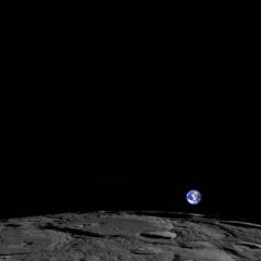 Foto: veja a Terra nascente sobre o horizonte lunar