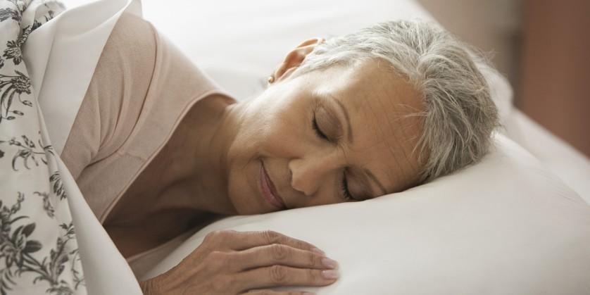 dormir de lado ajuda a prevenir doenças neurológicas