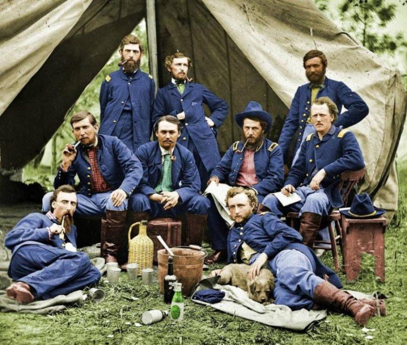 Soldados do Exército da União, da Guerra Civil Americana, fazem uma pausa, em 1863