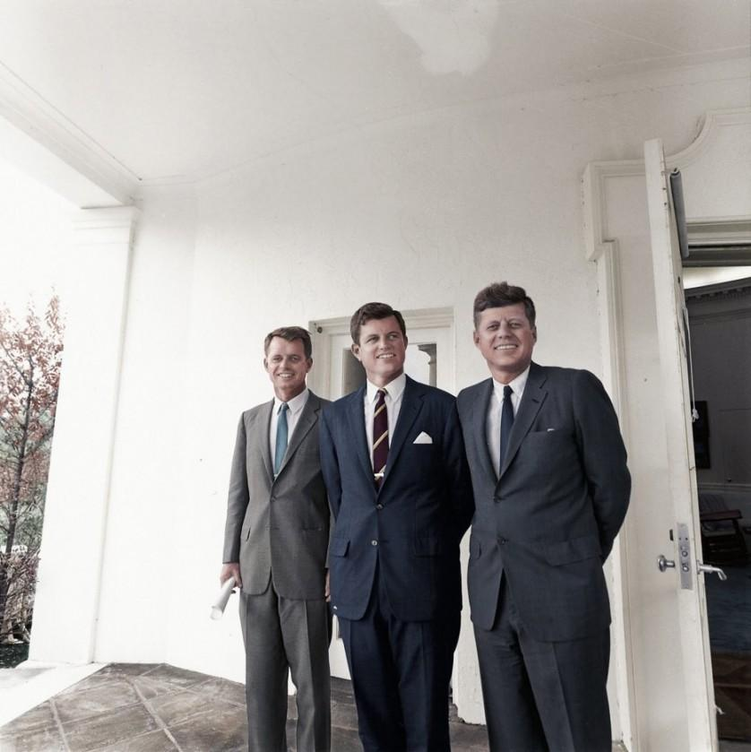 "Irmãos Robert Kennedy, Edward ""Ted"" Kennedy e John F. Kennedy do lado de fora do Salão Oval"