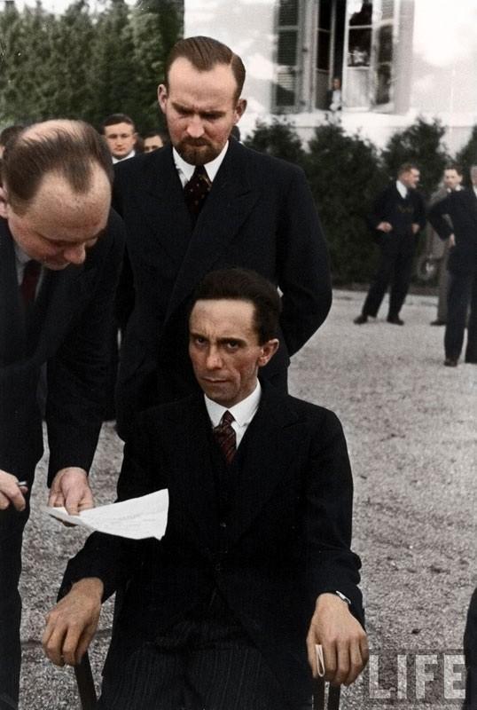 O Ministro da Propaganda nazista, Joseph Goebbels, faz cara feia para um fotógrafo judeu em 1933