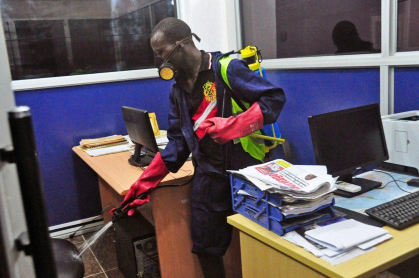 Desinfetante é usado em uma tentativa de evitar a propagação do vírus em um prédio do governo em Monrovia,  na Libéria