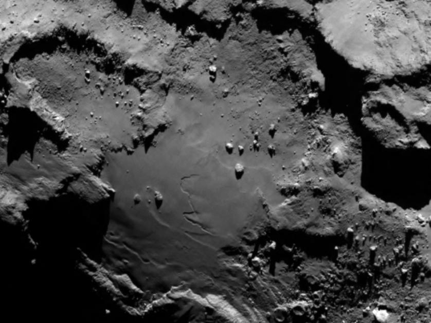 É possível avistar grandes rochas, crateras e altos despenhadeiros. Esta imagem foi tirada a 130km de distância na escala de 2,4 metros por pixel.