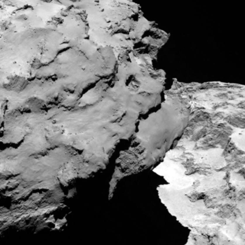 """A """"cabeça"""" do cometa está a esquerda da imagem, fazendo sombra no seu """"pescoço"""". O """"corpo"""" está a direita. Esta imagem foi feita a 120km de distância."""