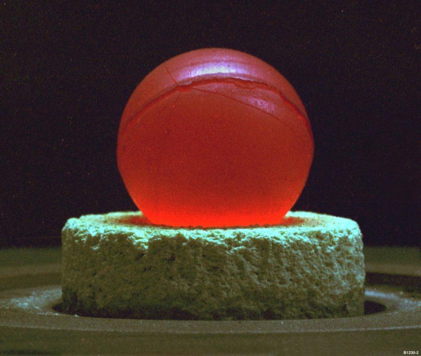 O calor gerado pelo decaimento de plutônio-238 é tal que uma esfera sólida do tamanho de uma bola de golfe fica vermelha