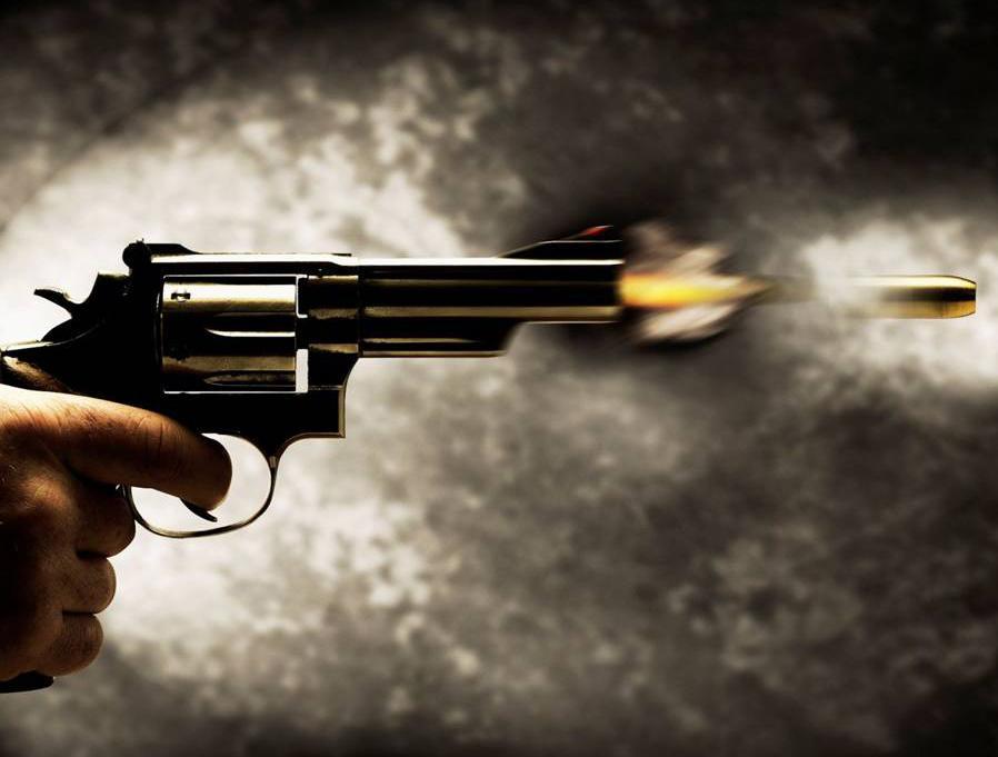 Resultado de imagem para revolver na maõ disparando