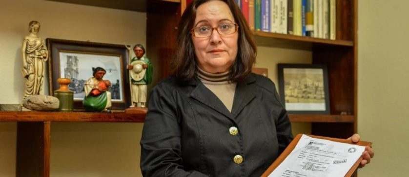A advogada da família, Bernadete Schleder dos Santos, segura a sentença para a certidão