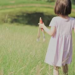 Menina de 5 anos com autismo pinta obras primas impressionantes