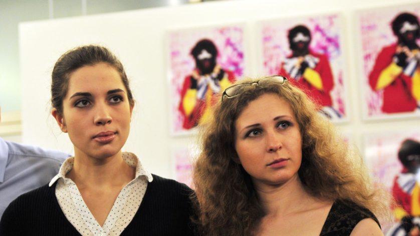 17jan2014---nadezhda-tolokonnikova-a-esquerda-e-maria-alyokhina-a-direita-do-grupo-russo-pussy-riot-assistem-ao-anuncio-dos-indicados-ao-premio-prudential-eye-awards-em-cingapura-1389960053640_1920x1080