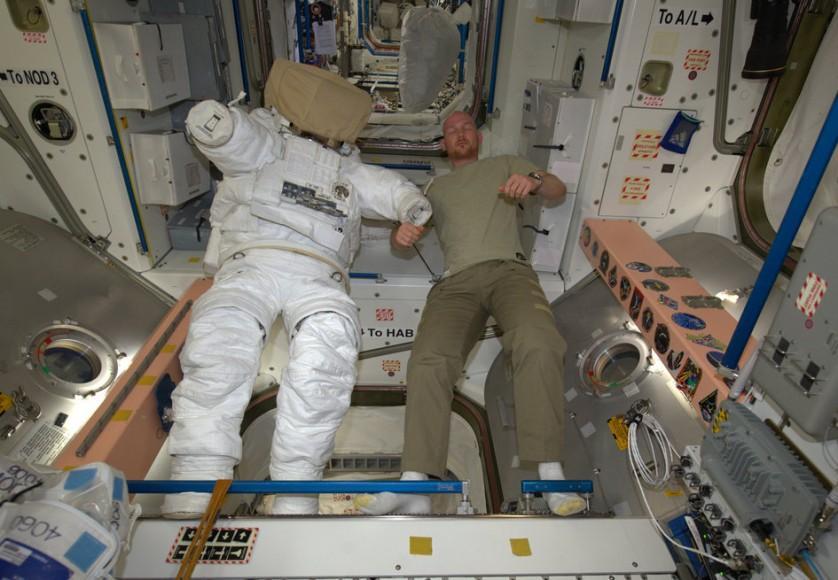 Estação Espacial Internacional a noite (9)